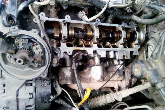 Фотография двигателя 3VZ-E со снятой клапанной крышкой