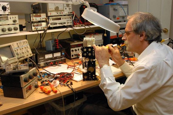 Изображение инженера-электронщика на рабочем месте
